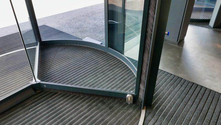 wycieraczki obiektowe w drzwiach obrotowych